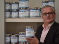 Heino Bouman met de eerste blikken van de verf die hij private label voor GlansGarant laat maken: 'Het hele plaatje moet kloppen'