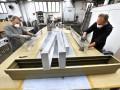 Het aanbrengen van verometaal door Poly-Metal is bewerkelijk. Drie componenten, te weten metaalpoeder, een binder en een harder, moeten op de drager worden aangebracht. Als de ondergrond droog is wordt de reactielaag van het product geschuurd