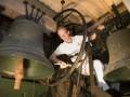 Harrie Ridder schildert de klokkenstoel in de rooms-katholieke H. Georgiuskerk in Bredevoort