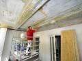 Op de oude balken en plafonds zitten soms tientallen lagen verf. Het is een heel karwei om ze kaal te krijgen. Bovendien is veel plamuurwerk nodig
