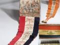 Verschillende geschilderde vlaggen en wimpels, afkomstig uit het Zuiderzeemuseum in Enkhuizen.