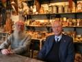 Secretaris-penningmeester Wokke (links) en voorzitter Van der Worp van stichting Schildersmuseum in de authentieke schilderswinkel te Enkhuizen.