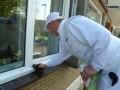 Teamleider Dennis de Haan brengt de Fluxaf PVCu restorer aan op een kozijn.