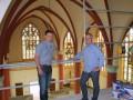 """Bijen (links) en Joosten: """"De moderne muurverf die jaren geleden in de kerk was aangebracht, bleek niet goed samen te gaan met de onderliggende, oorspronkelijke kalkverven."""""""