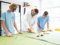 Leerlingen van Schilders^Cool Hengelo leren onder begeleiding glassnijden. Praktijksimulatie moet leiden tot extra leerwerkplekken.