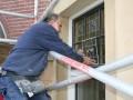 Jan van Lelieveld van het Dordtse van Leeuwen Glas, ketenpartner van Van Kooten, restaureert een glas-in-lood-raam op de Parklaan 34.