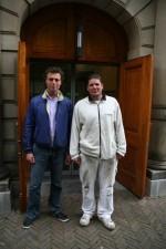 Gertjan van Rijswijk (links) en Freek Eding poseren bij de ingang van het ministerie van Algemene Zaken, waar ze de deuren hebben gevernist.
