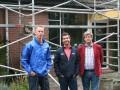 V.l.n.r. Versteeg (Schunselaar), Hartsuiker en Wessels (beide Wijzonol) poseren bij het pilotproject aan de Koningshof in Swiffterbant.