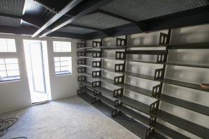 Zodra de wanden zijn gesausd, worden op diverse plekken weer oude boekenstellingen op de wanden aangebracht.