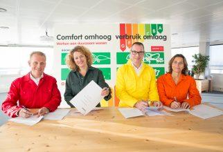 Nederland, Amsterdam, 29 november 2016 Ondertekening woningen Energiezuinig maken Rochdale. Duurzaam wonen, ketensamenwerkingsovereenkomst Rochdale, van Wijnen, Logchies en Weijman  foto: Elmer van der Marel