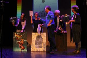 Jan Ykema reikt de Publieksprijs uit.