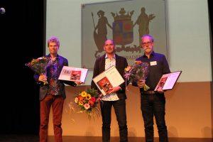 De winnaars van categorie C1 op de bühne: v.ln.r. Jelle zijlstra, Wiebren Dijkstra en Jaap Wieringa (1e prijs).