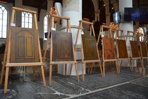 Houtimitaties in de expositie in de Martinikerk.