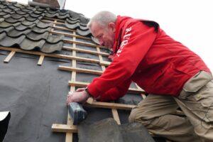Durrieux kan met de VECTURO zonder probleem het dak op om een gootbodem bij te zagen